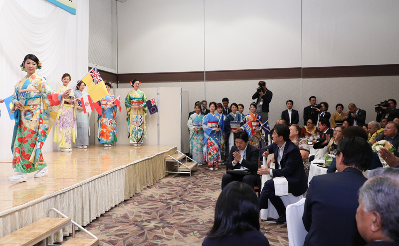 Photograph of the Prime Minister viewing the kimono show