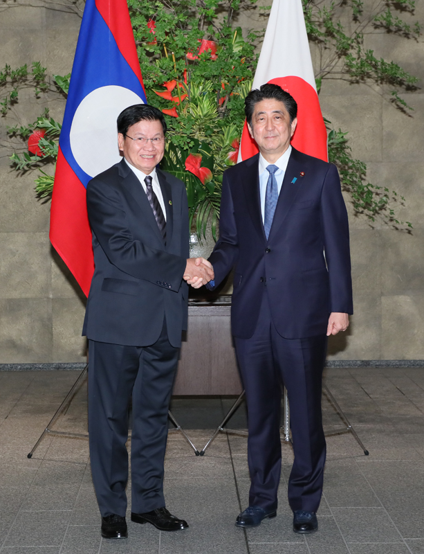 Photograph of the Prime Minister welcoming the Prime Minister of Laos
