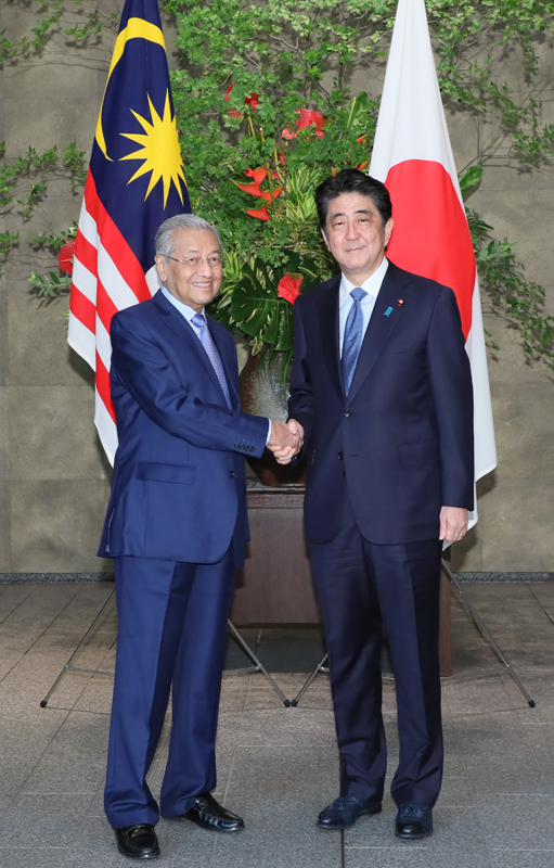 Photograph of the Prime Minister welcoming the Prime Minister of Malaysia