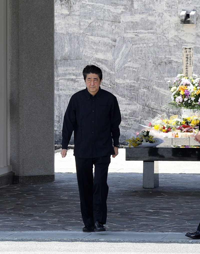 Photograph of the Prime Minister offering flowers at the National Cemetery for the War Dead