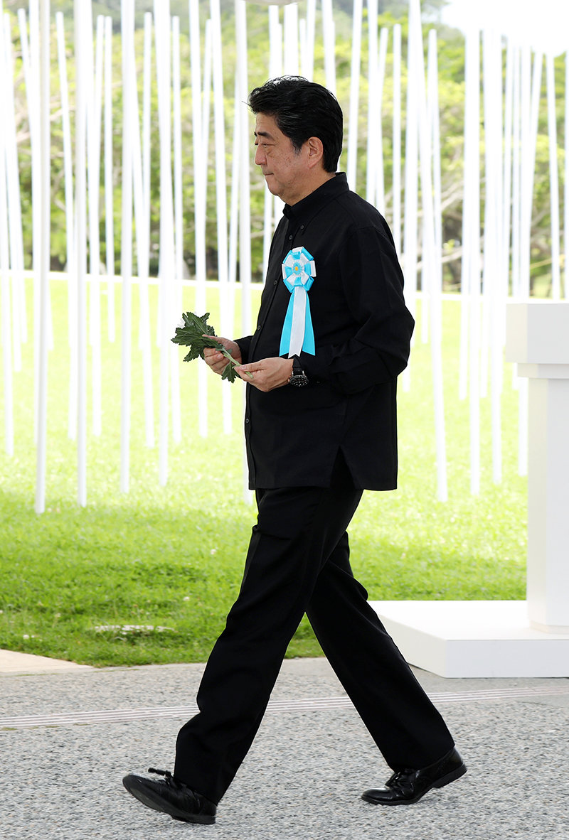 Photograph of the Prime Minister offering a flower at the Memorial Ceremony to Commemorate the Fallen on the 73rd Anniversary of the End of the Battle of Okinawa (1)