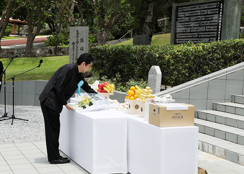 Photograph of the Prime Minister offering flowers at the Shimamori Monument