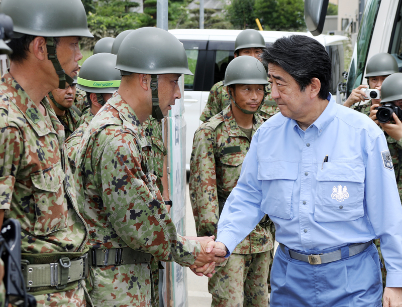 Photograph of the Prime Minister encouraging Self-Defense Force members