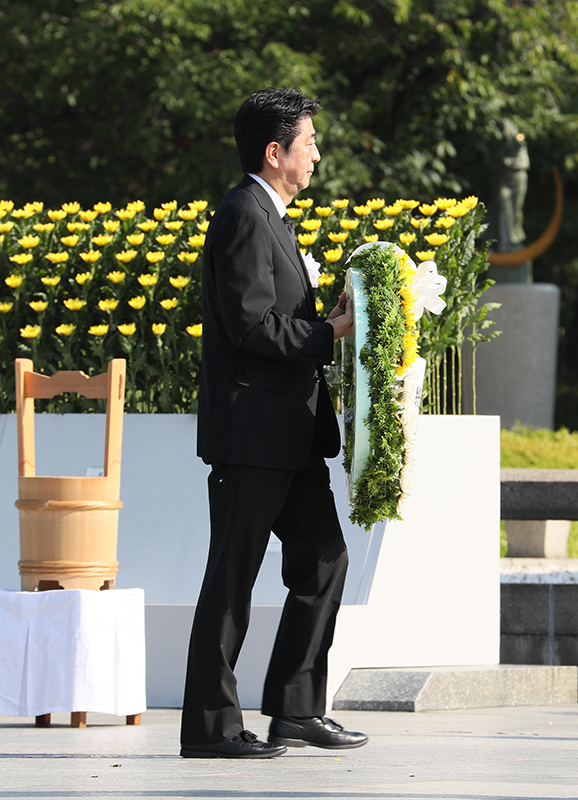 Photograph of the Prime Minister laying a wreath