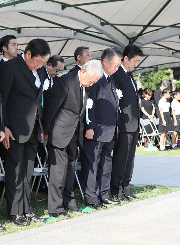 Photograph of the Prime Minister offering a silent prayer