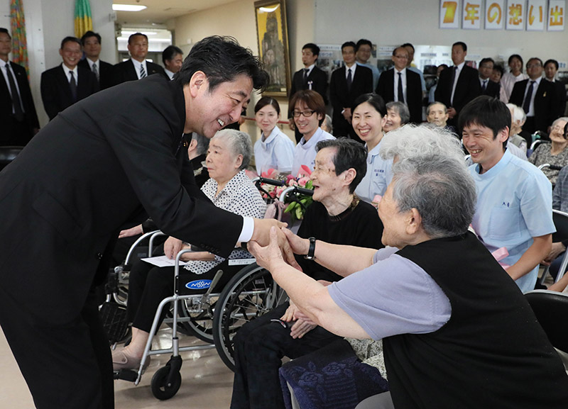 Photograph of the Prime Minister visiting residents of the nursing home for atomic bomb survivors