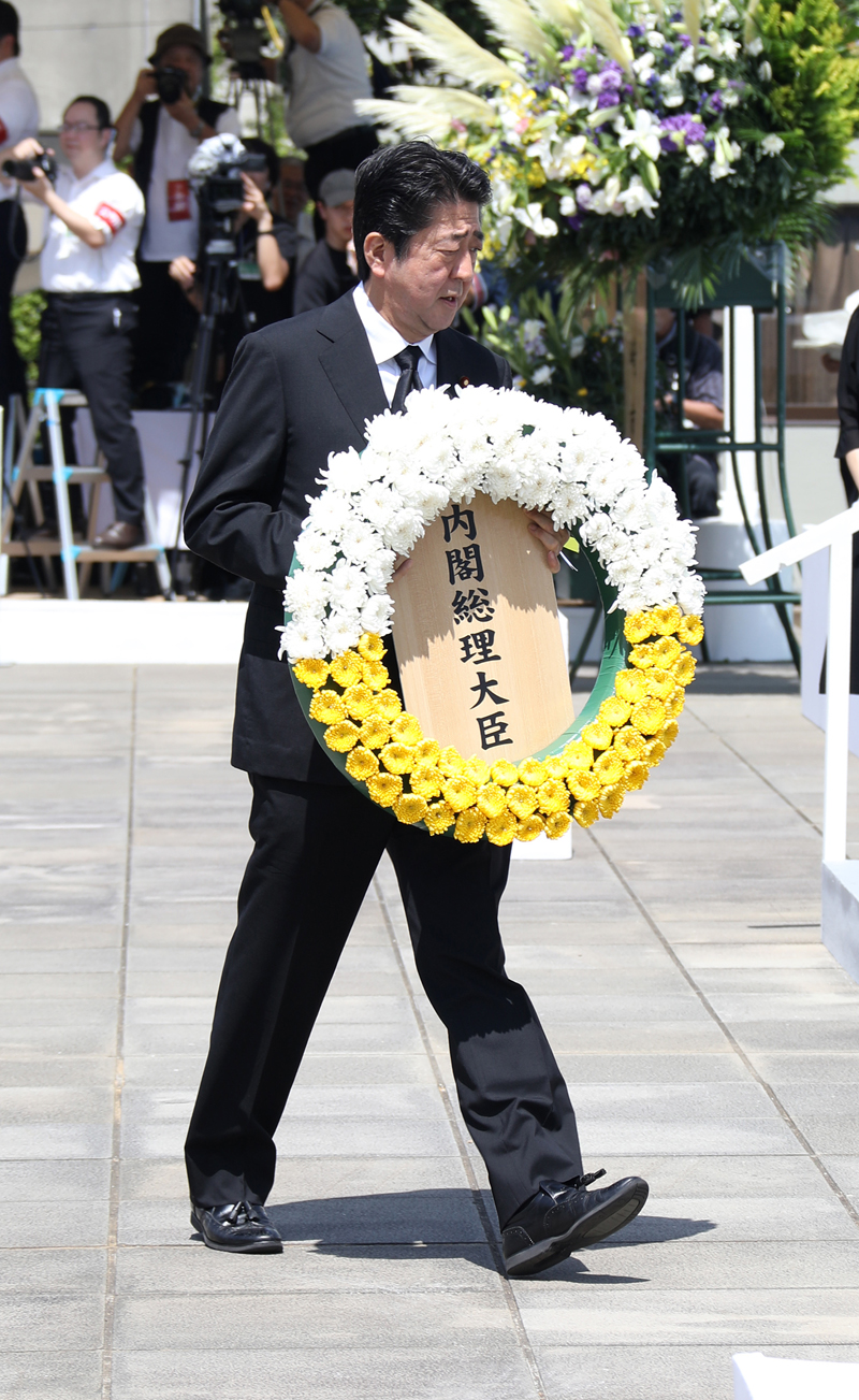 Photograph of the Prime Minister offering a wreath