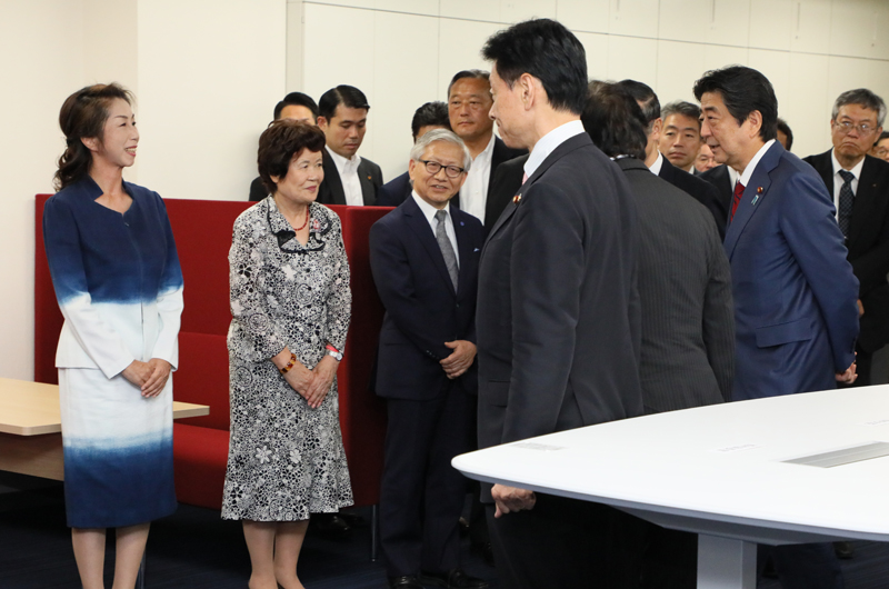Photograph of the Prime Minister visiting the Consumer Policy Platform