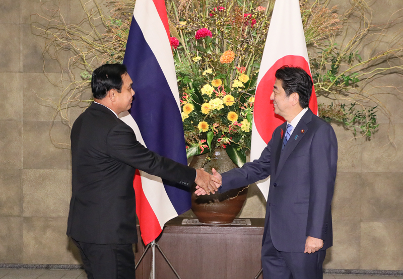 Photograph of the Prime Minister welcoming the Prime Minister of Thailand
