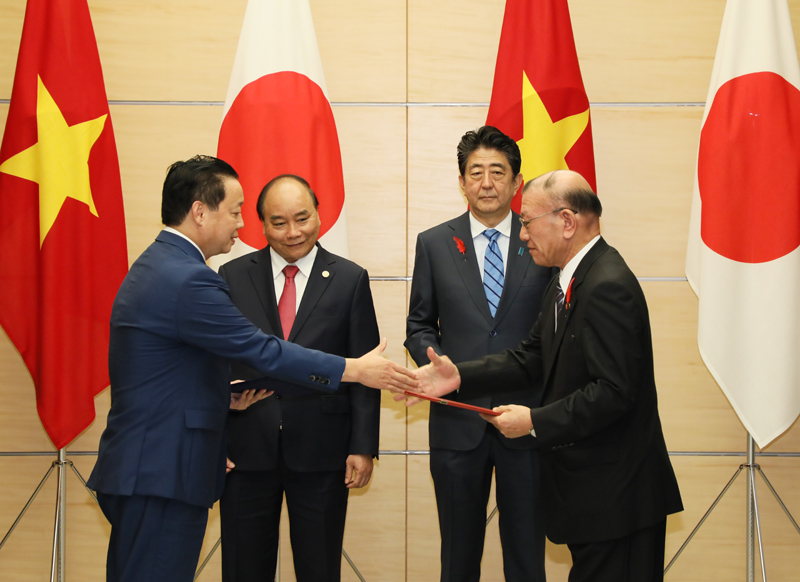 Photograph of the exchange of documents ceremony