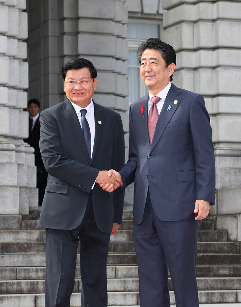 Photograph of the Prime Minister welcoming the Prime Minister of the Lao People's Democratic Republic