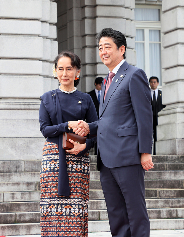 Photograph of the Prime Minister welcoming the State Counsellor of the Republic of the Union of Myanmar