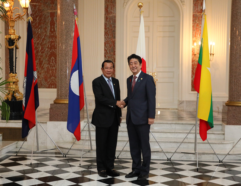 Photograph of the Prime Minister welcoming the Prime Minister of Cambodia