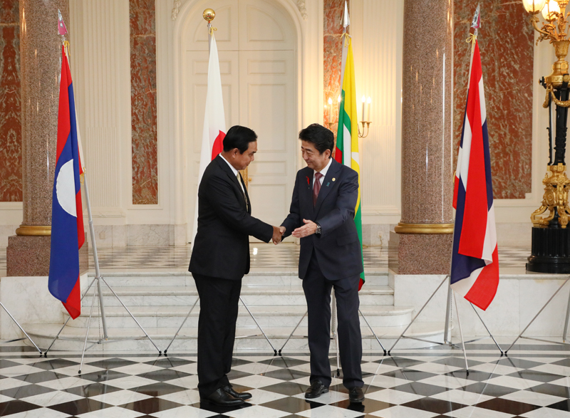 Photograph of the Prime Minister welcoming the Prime Minister of the Kingdom of Thailand