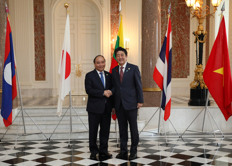 Photograph of the Prime Minister welcoming the Prime Minister of the Socialist Republic of Viet Nam