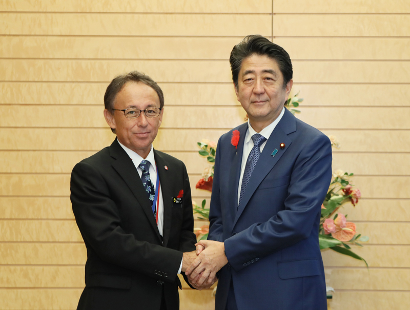 Photograph of the Prime Minister shaking hands with the Governor of Okinawa Prefecture