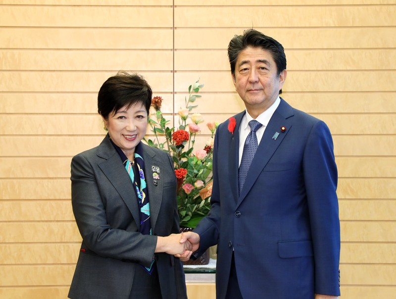 Photograph of the Prime Minister shaking hands with the Governor of Tokyo