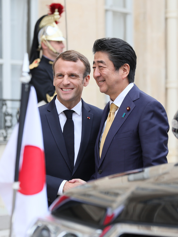 Photograph of the Prime Minister being welcomed by the President of France