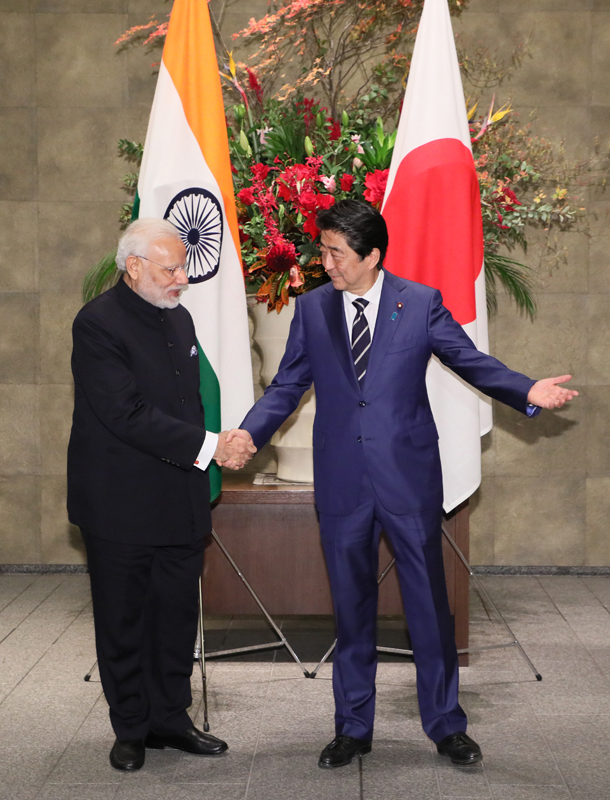 Photograph of the Prime Minister welcoming the Prime Minister of India