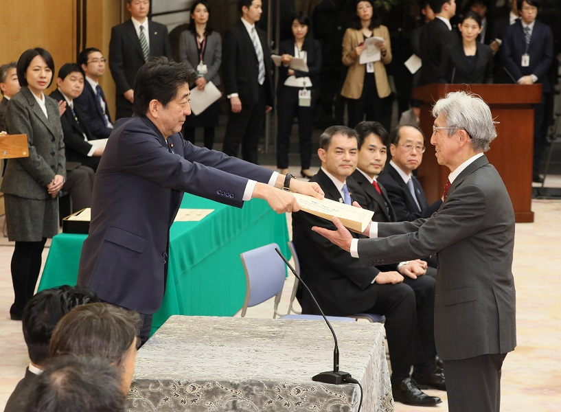 Photograph of the Prime Minister presenting a certificate of award