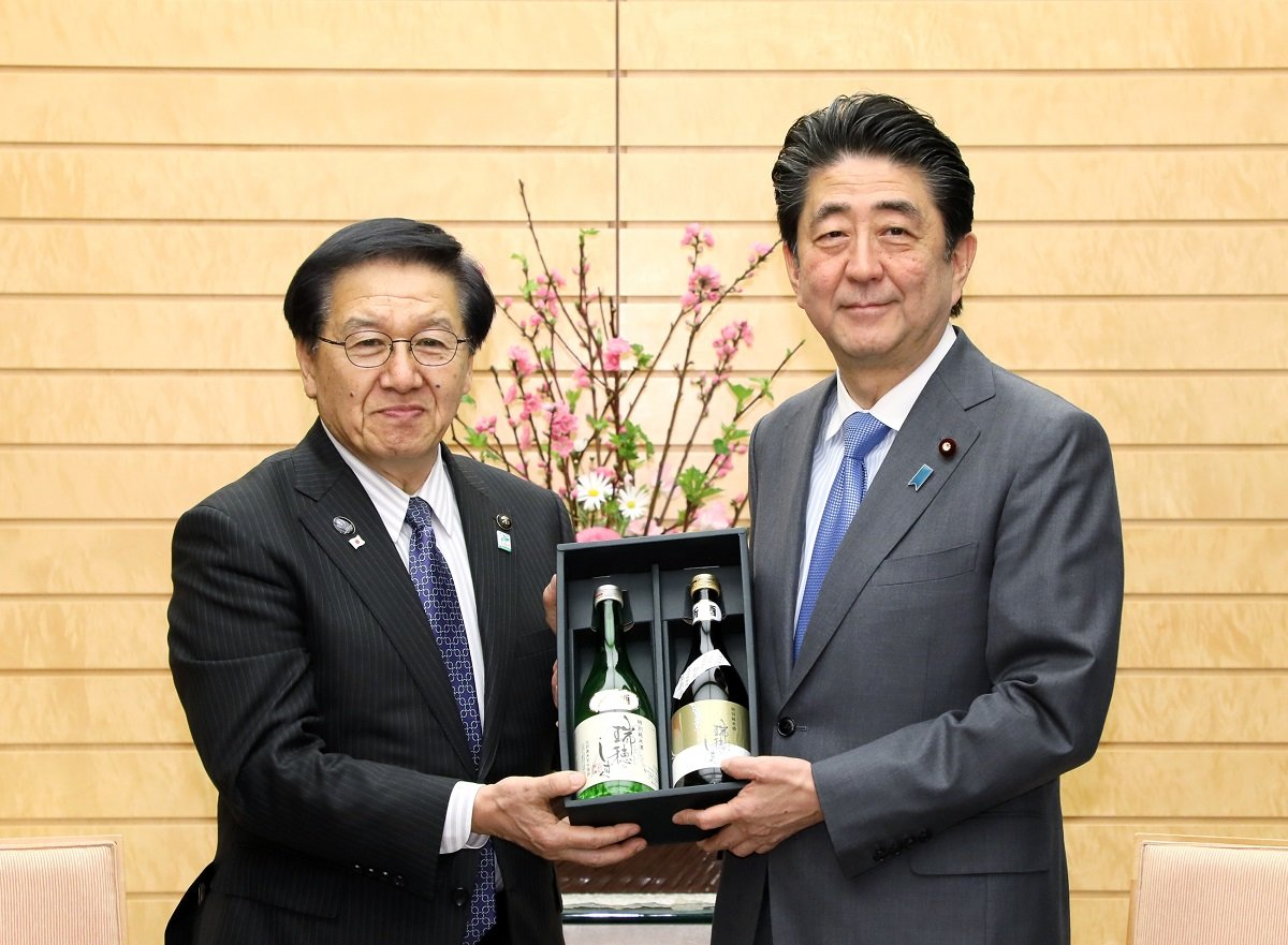Photograph of the Prime Minister being presented with the agricultural products