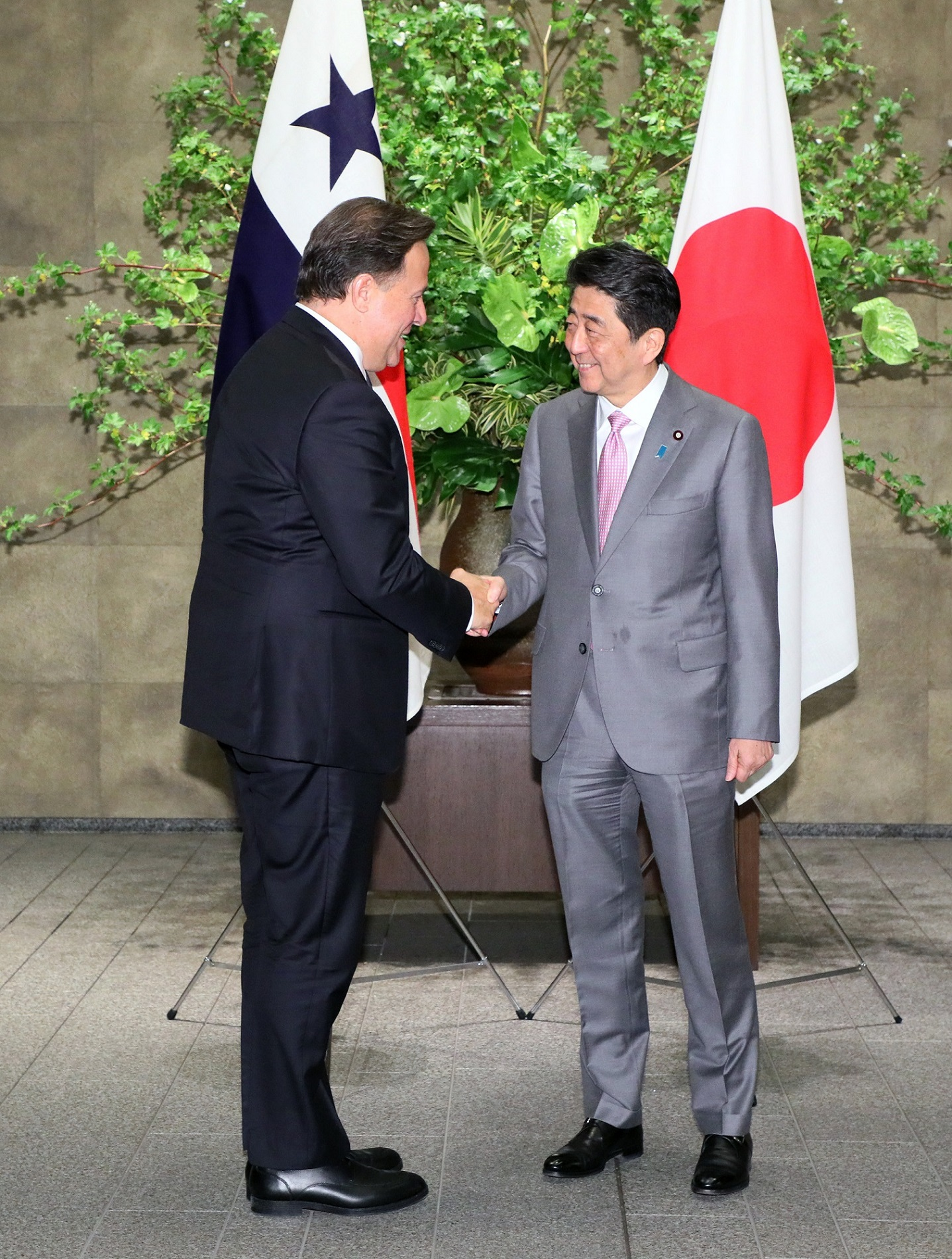 Photograph of the Prime Minister welcoming the President of Panama