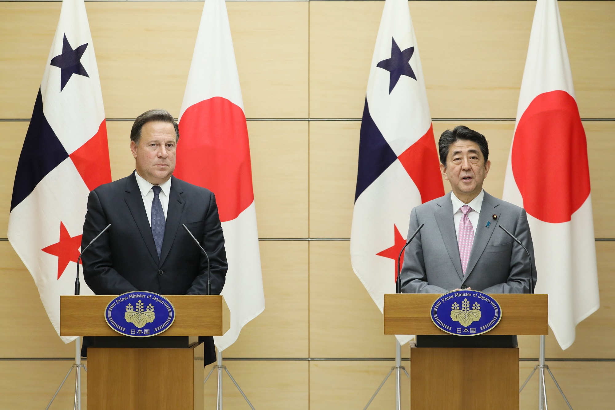 Photograph of the joint press announcement (3)