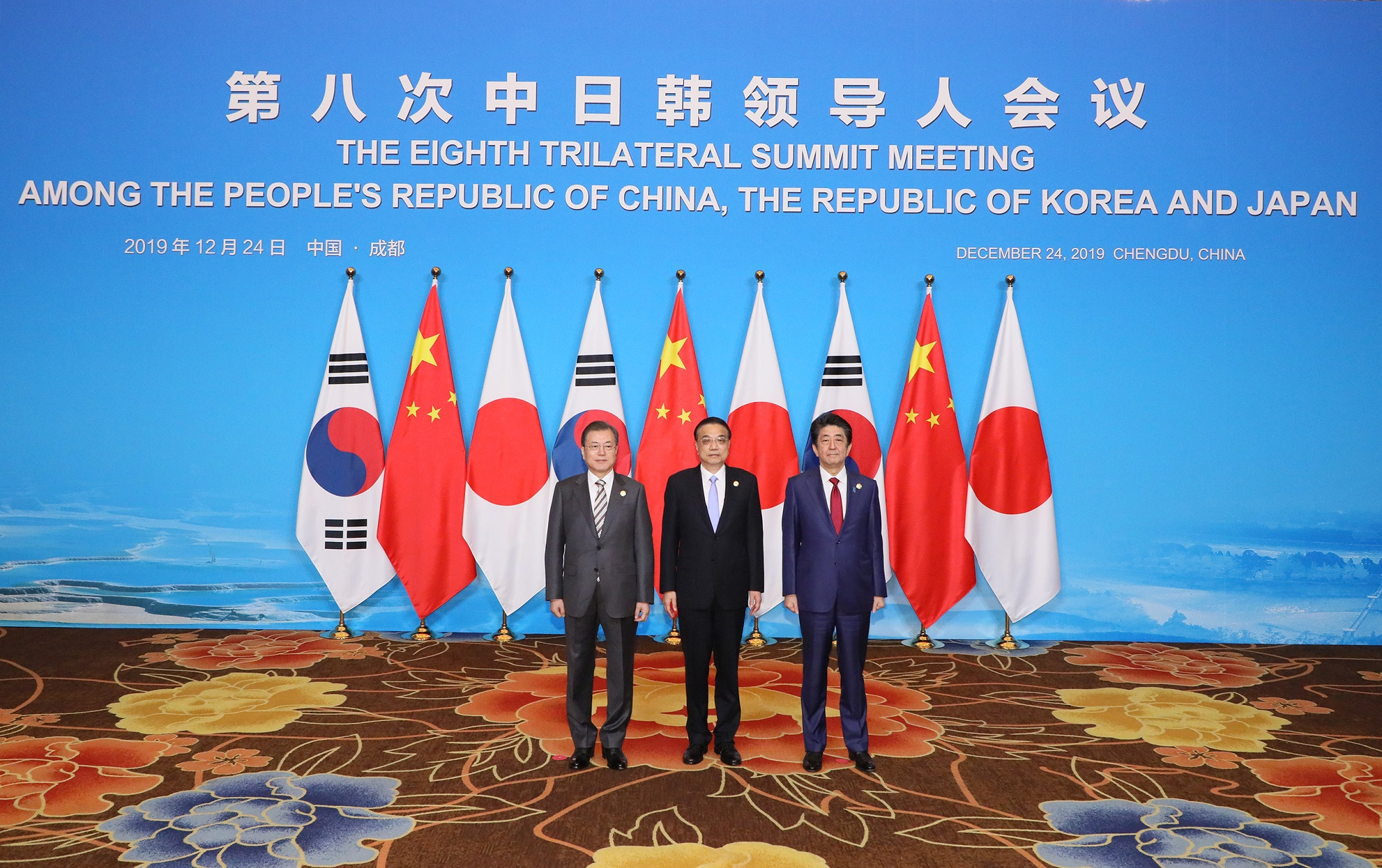 Photograph of the commemorative photograph session at the Japan-China-ROK Trilateral Summit Meeting (2)