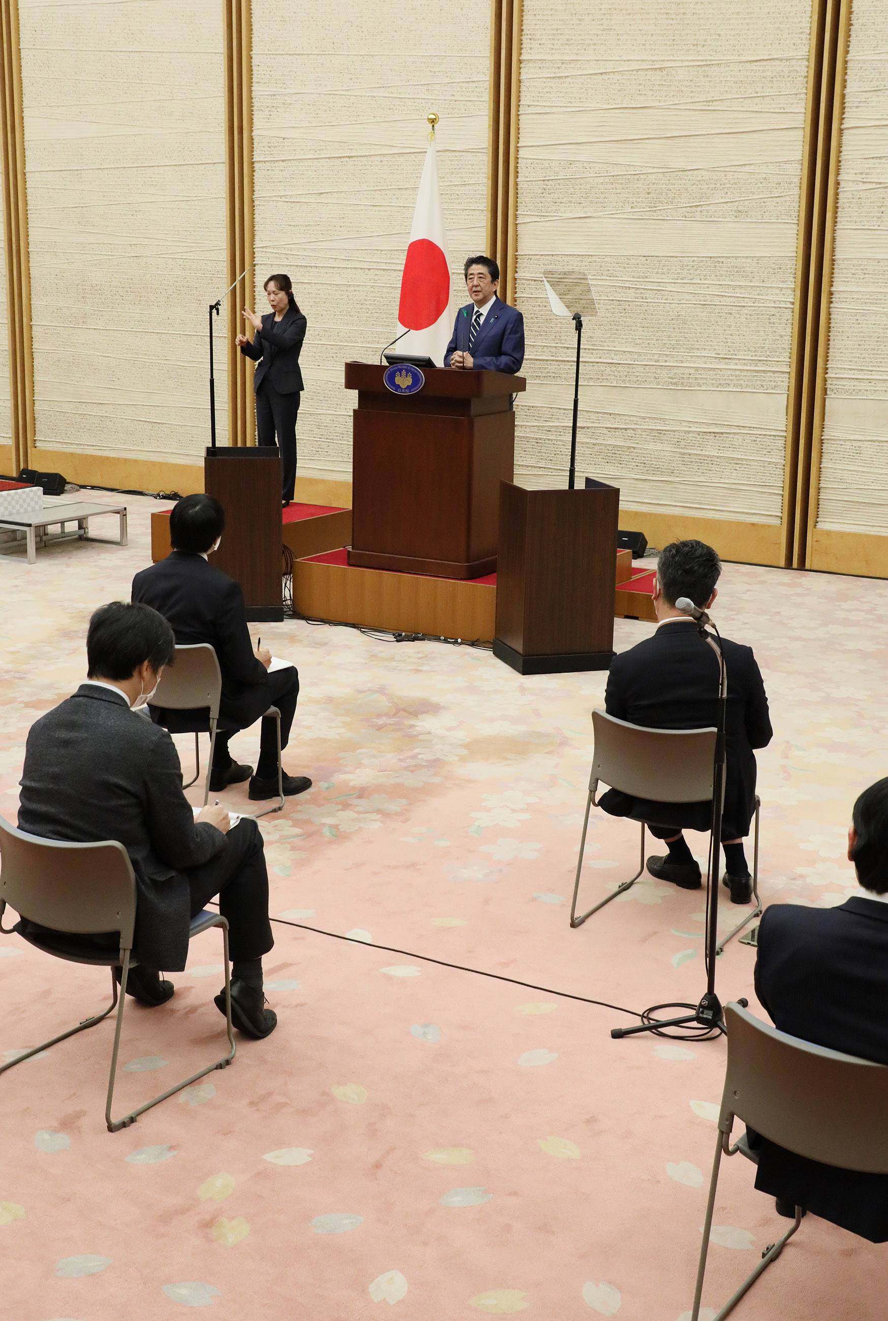 Photograph of the Prime Minister holding the press conference (5)