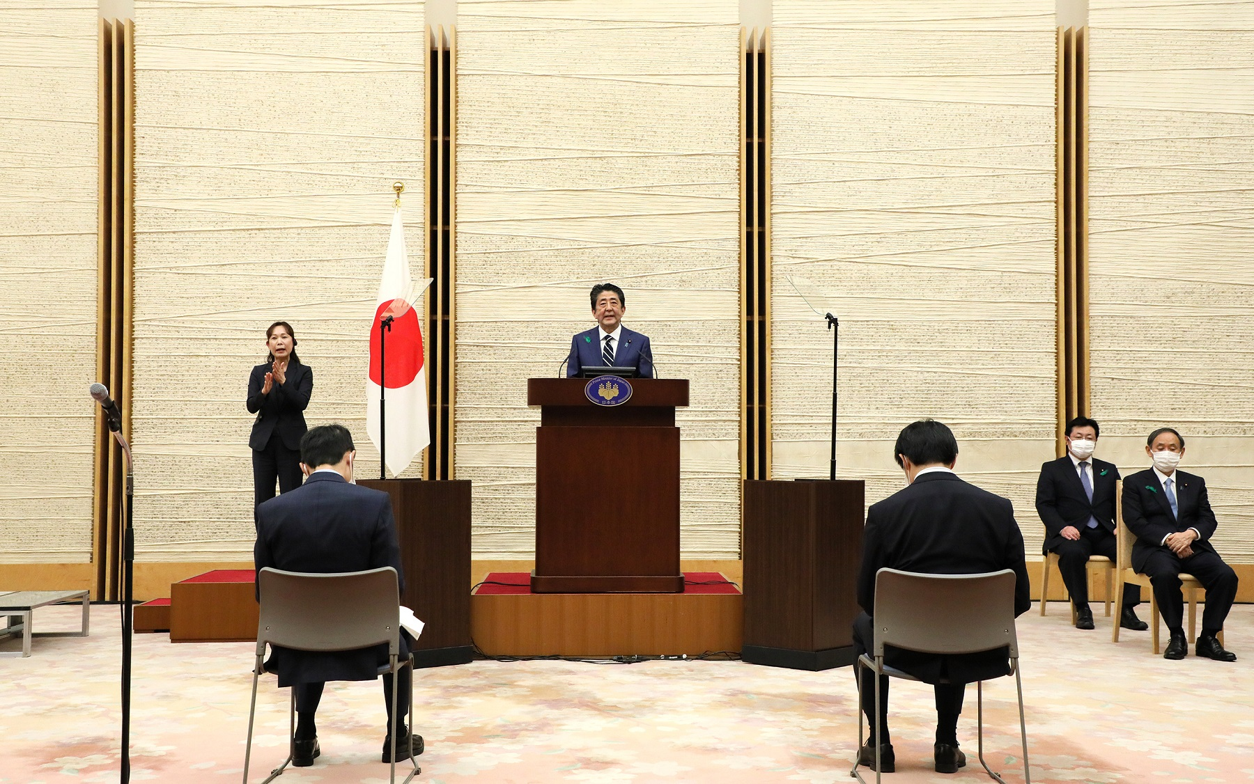 Photograph of the Prime Minister holding the press conference (11)