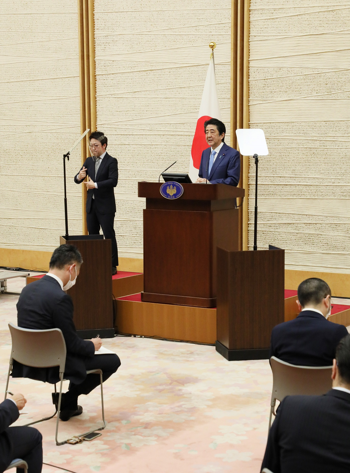 Photograph of the Prime Minister holding the press conference (9)