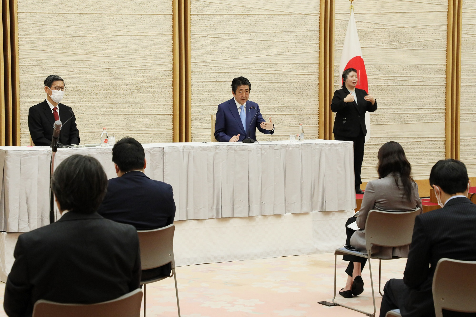 Photograph of the Prime Minister holding the press conference (28)