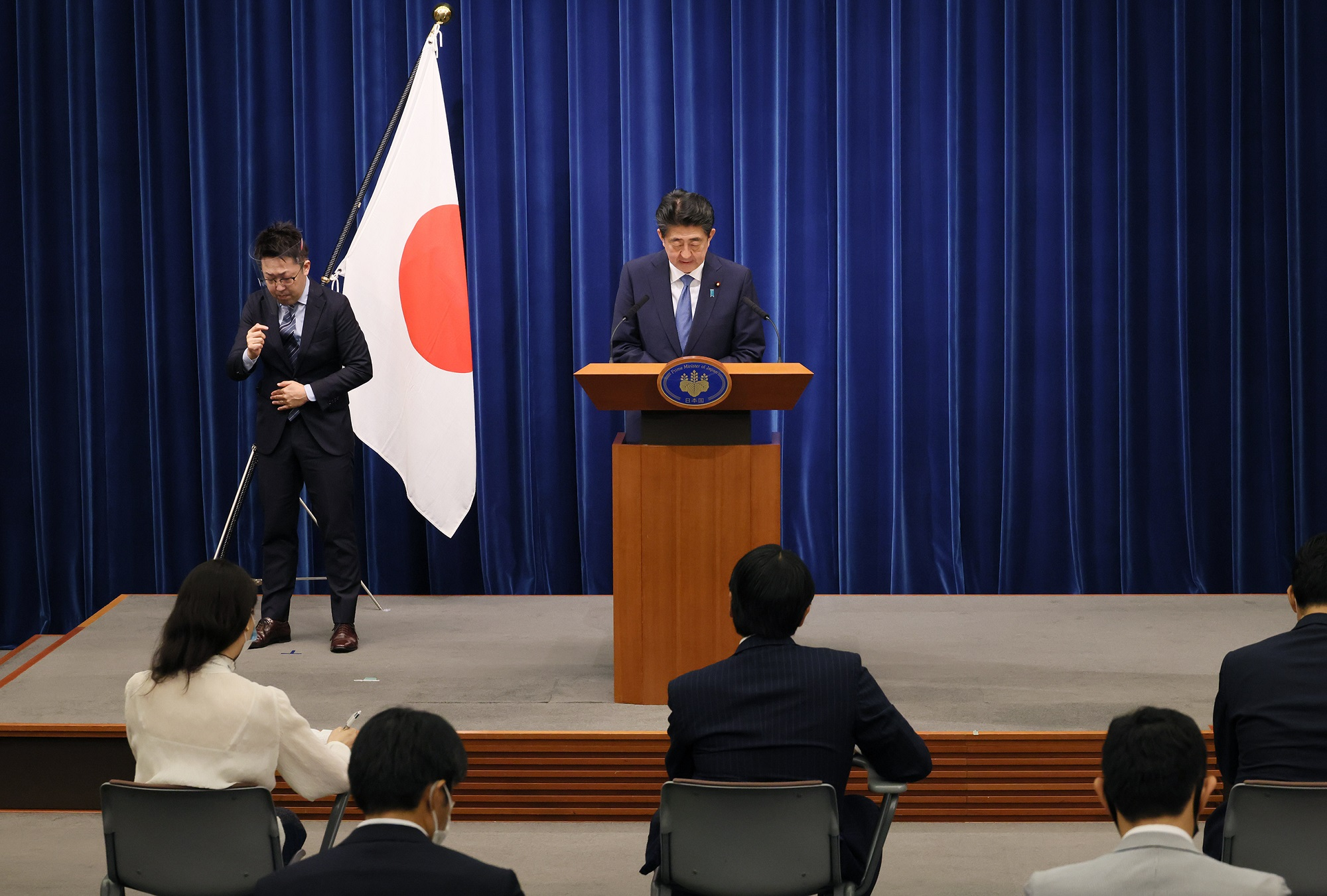 Photograph of the Prime Minister holding the press conference (13)