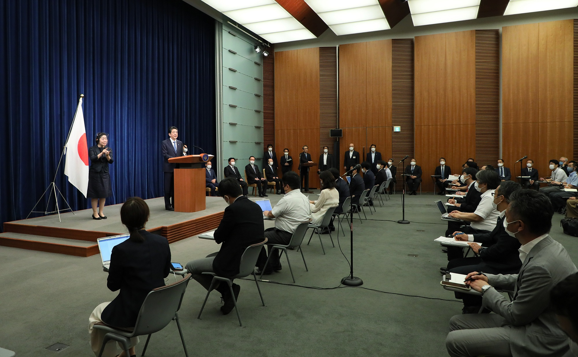 Photograph of the Prime Minister holding the press conference (14)