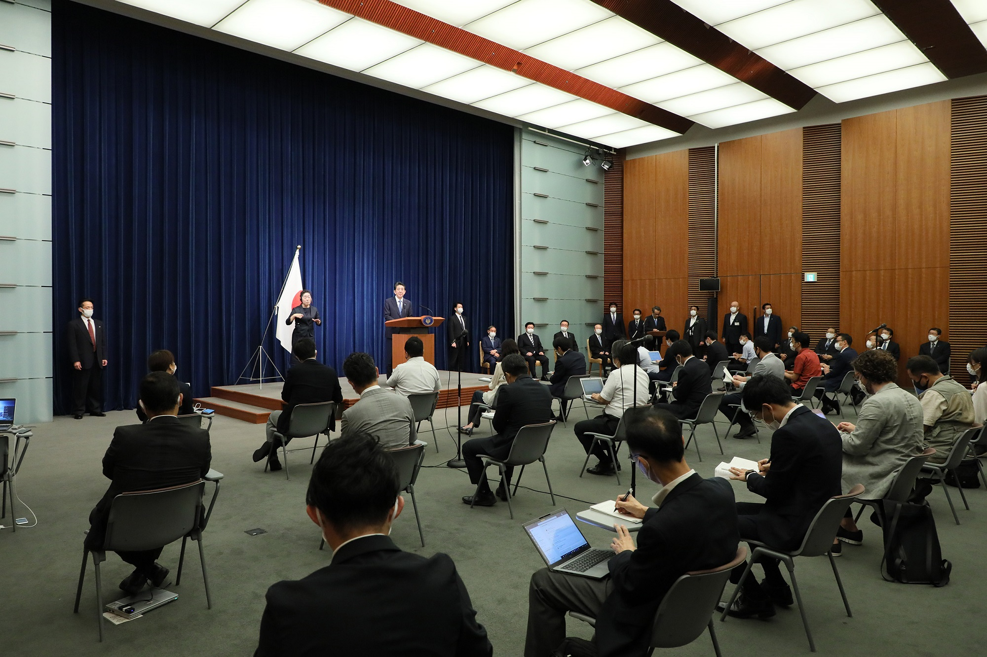 Photograph of the Prime Minister holding the press conference (16)