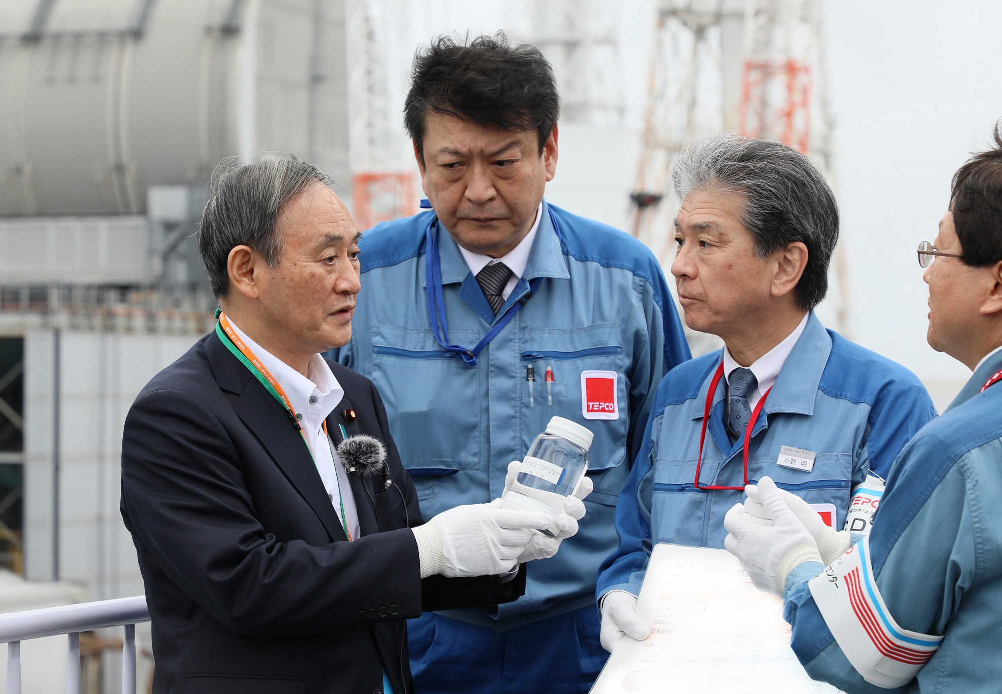 Photograph of the Prime Minister visiting the TEPCO Fukushima Daiichi Nuclear Power Station (1)