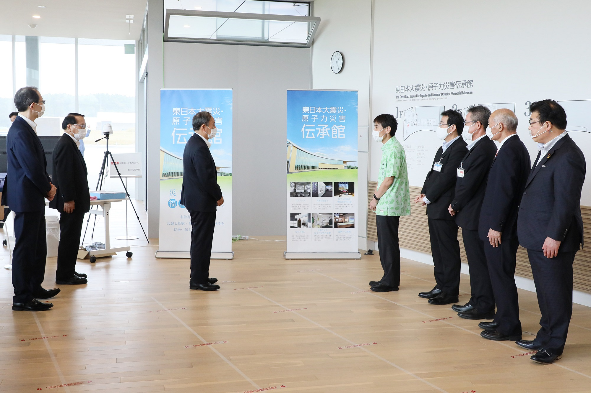 Photograph of the Prime Minister visiting the Great East Japan Earthquake and Nuclear Disaster Memorial Museum (1)