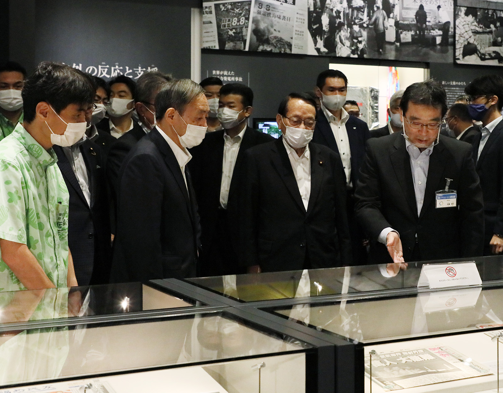 Photograph of the Prime Minister visiting the Great East Japan Earthquake and Nuclear Disaster Memorial Museum (3)