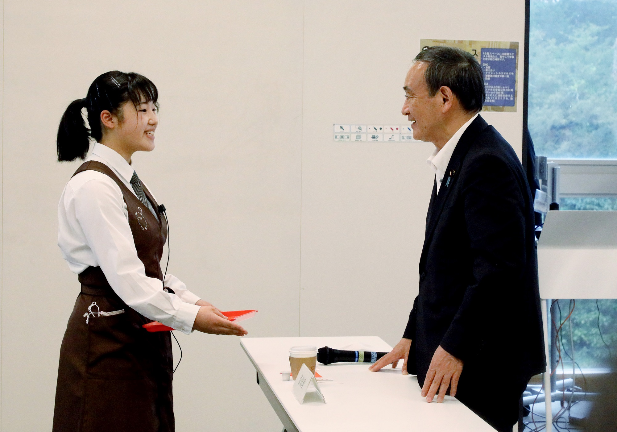 Photograph of the Prime Minister interacting with students at the Futaba Mirai Gakuen (1)