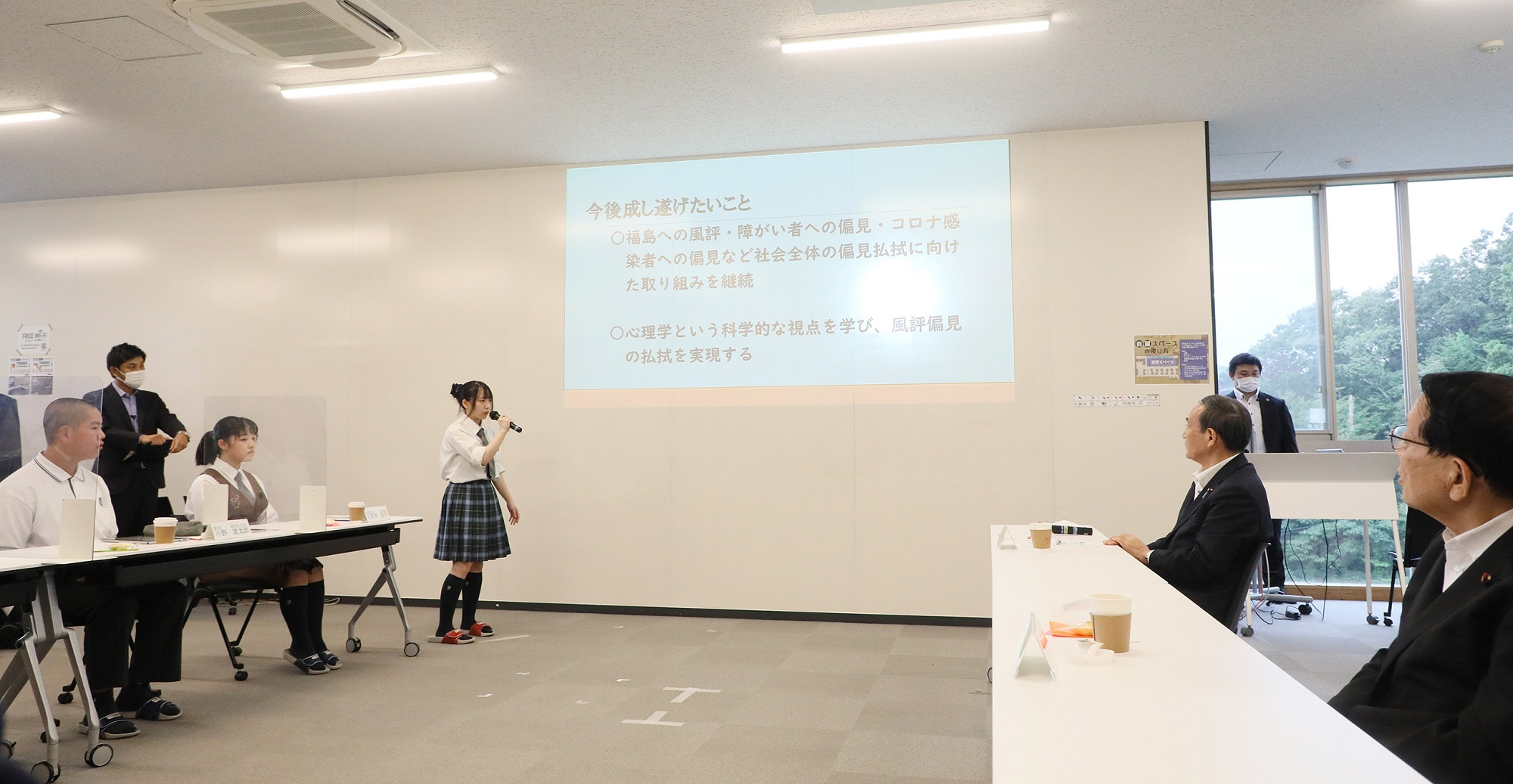 Photograph of the Prime Minister interacting with students at the Futaba Mirai Gakuen (4)