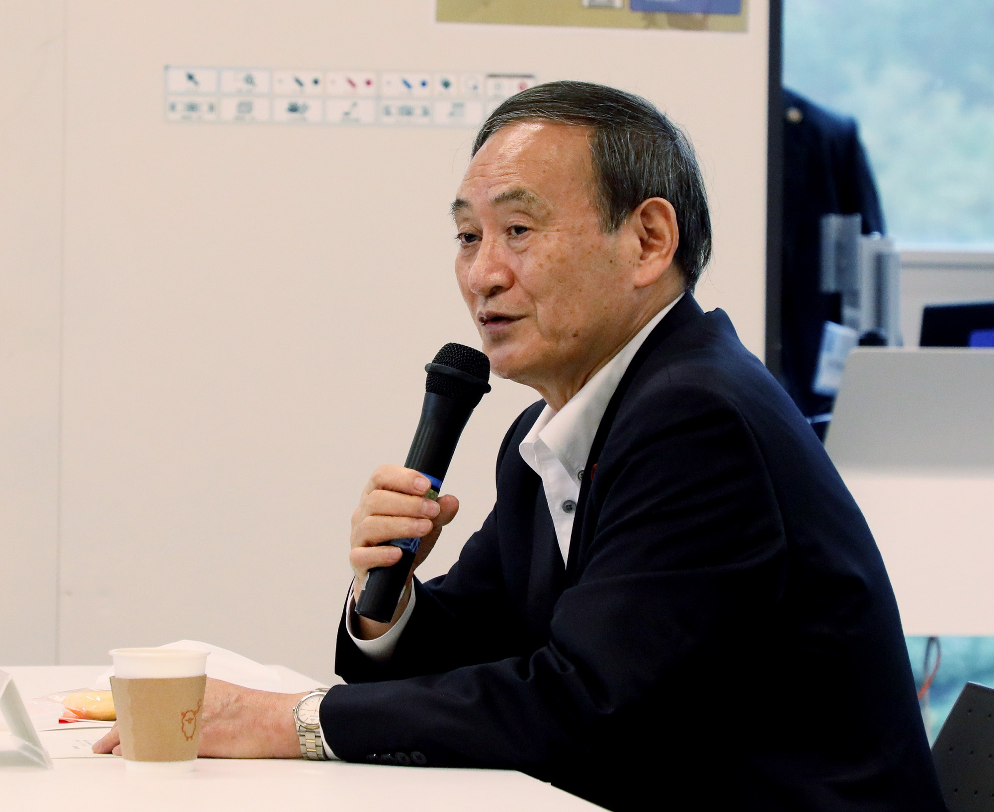 Photograph of the Prime Minister interacting with students at the Futaba Mirai Gakuen (5)