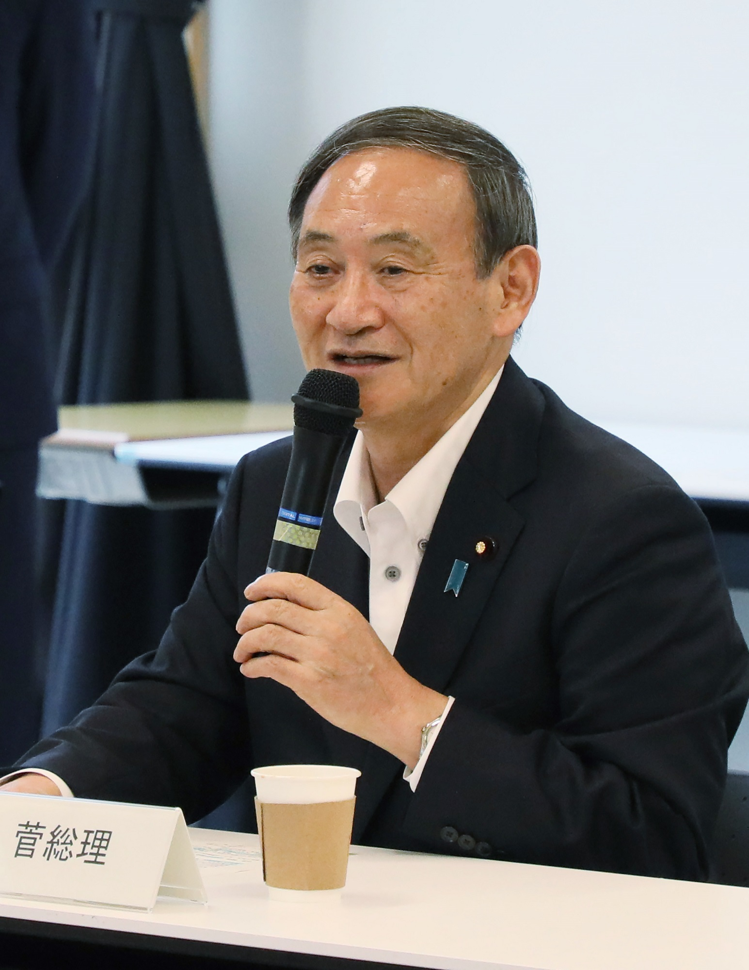Photograph of the Prime Minister interacting with students at the Futaba Mirai Gakuen (6)