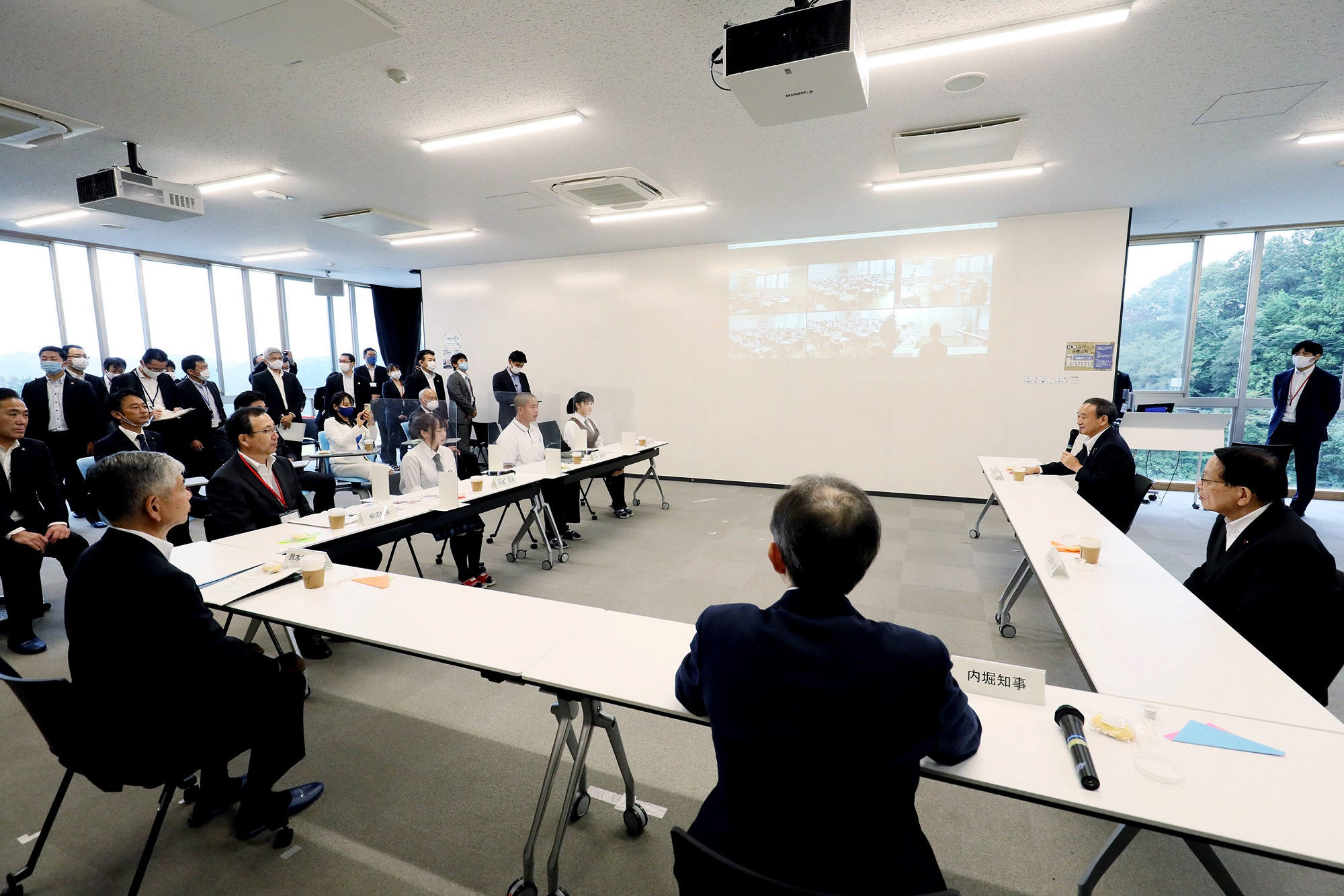 Photograph of the Prime Minister interacting with students at the Futaba Mirai Gakuen (7)