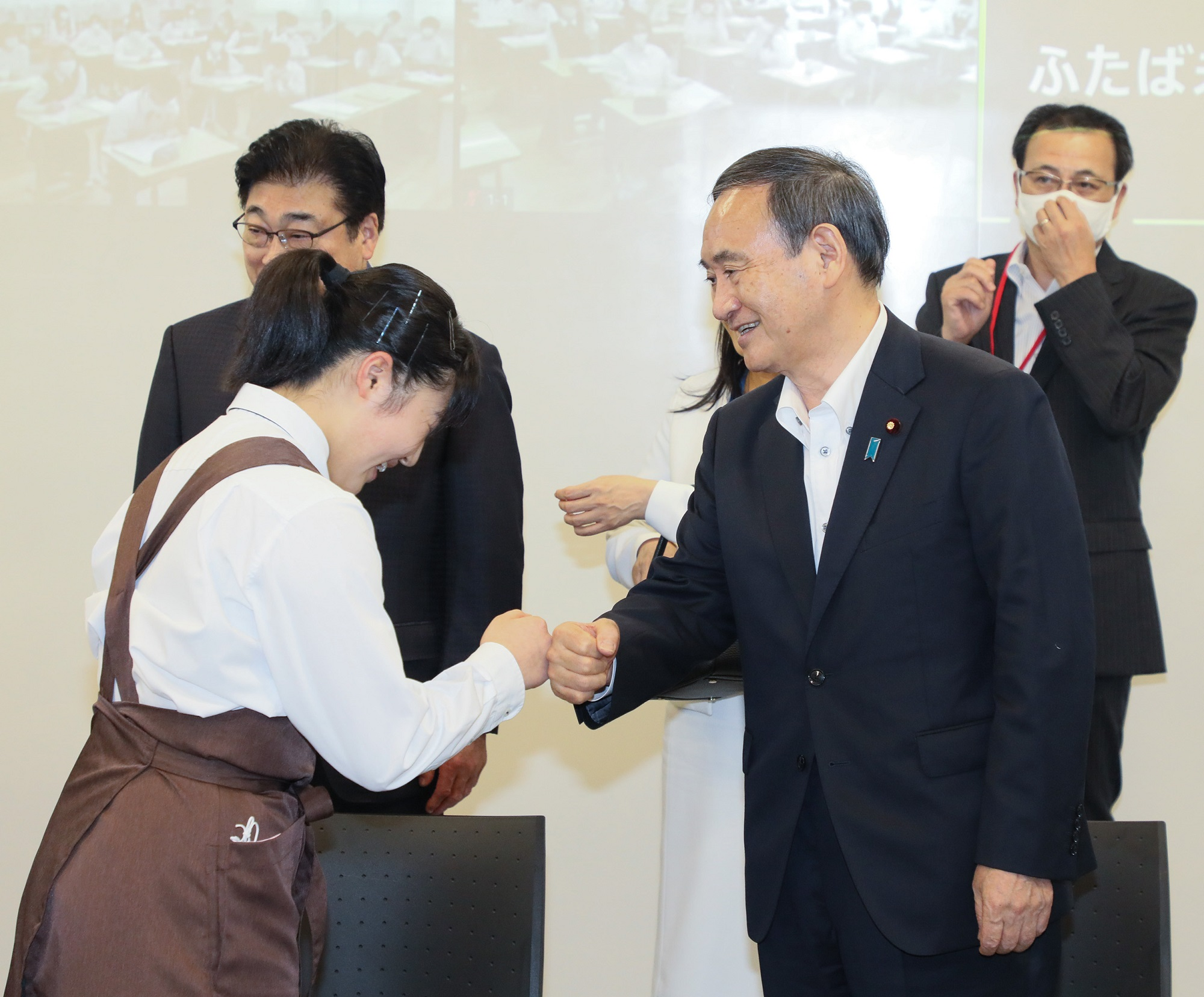 Photograph of the Prime Minister interacting with students at the Futaba Mirai Gakuen (8)