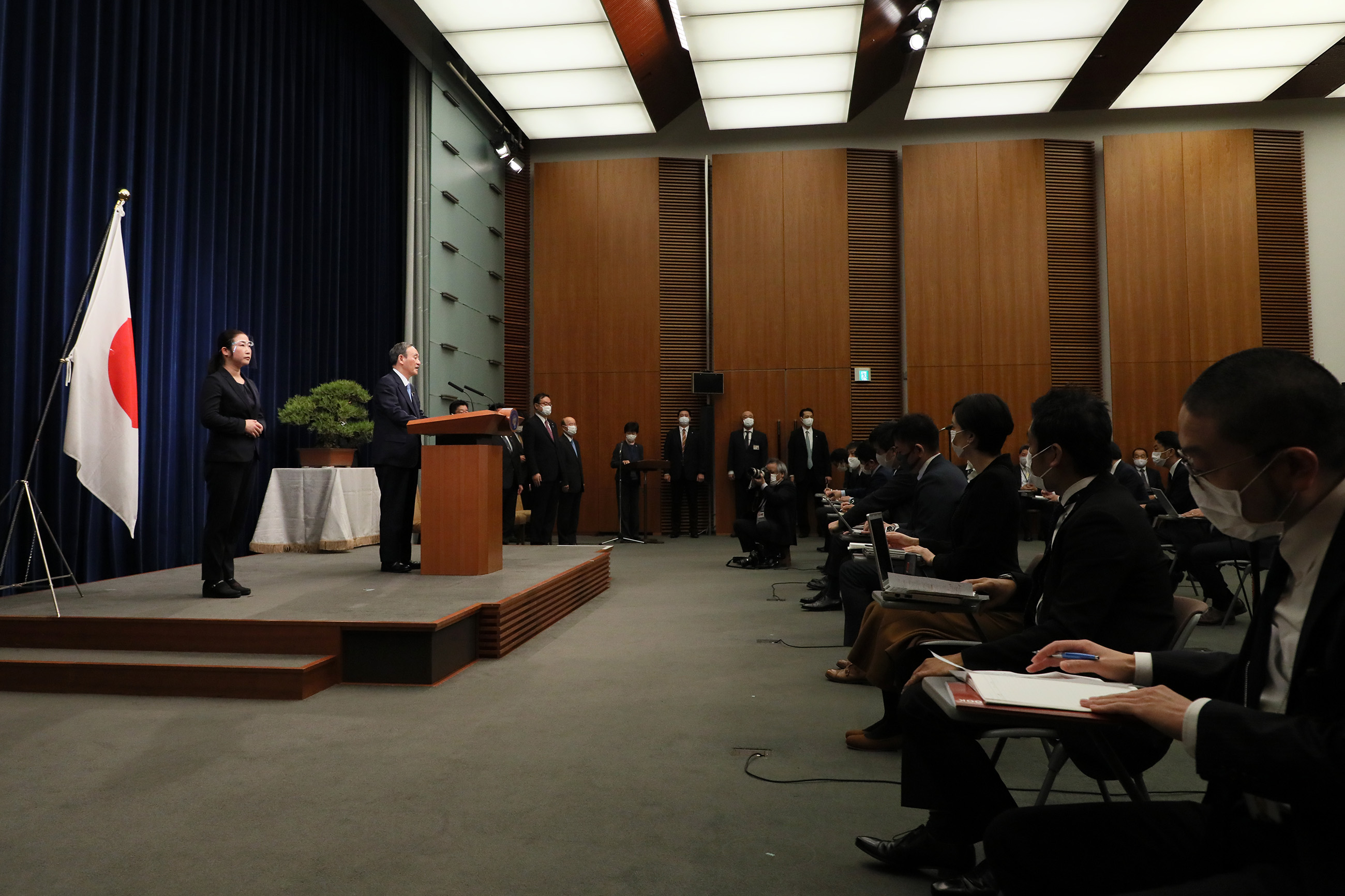 Photograph of the Prime Minister holding the press conference (2)