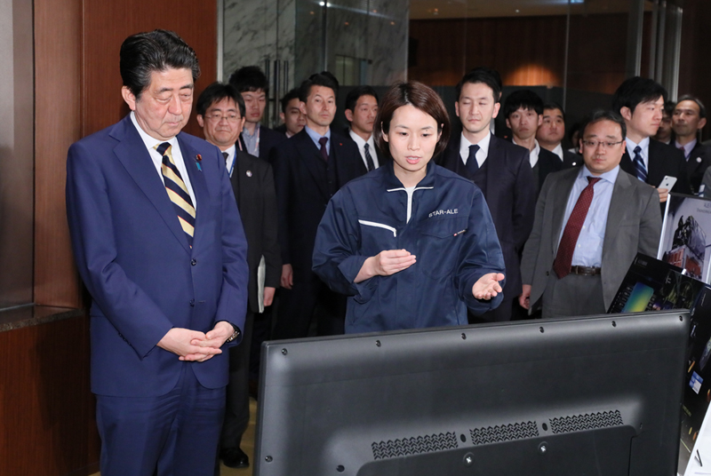 Photograph of the Prime Minister viewing an exhibit by a space start-up (2)