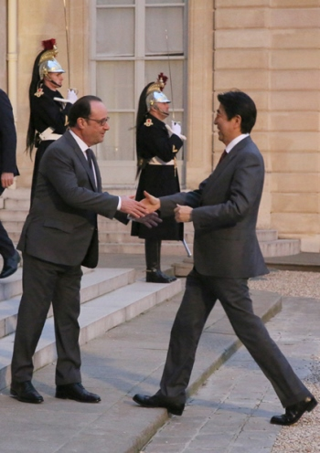 Photograph of the Prime Minister being welcomed by the President of France (1)