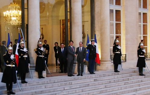 Photograph of the Prime Minister being welcomed by the President of France (3)