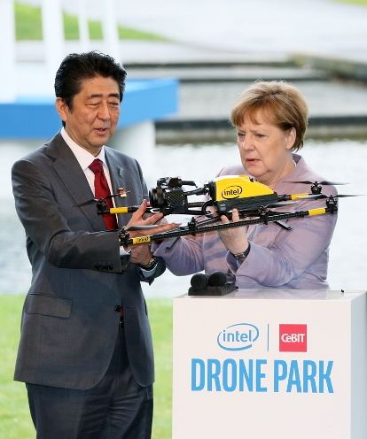 Photograph of the Prime Minister and the Chancellor of Germany visiting CeBIT (1)