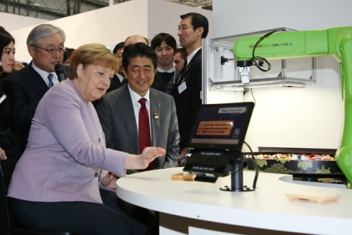 Photograph of the Prime Minister and the Chancellor of Germany visiting CeBIT (2)